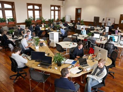 Co-working in Toscana: un albo e voucher per giovani professionisti che condividono spazi e servizi