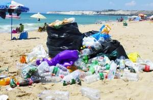 """Spiagge italiane """"invase"""" dalla plastica"""