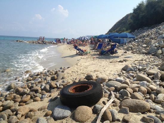 Il mare italiano è una pattumiera: 27 rifiuti per chilometro quadrato
