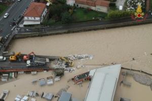 Straripa il fiume, Carrara in ginocchio. L'argine maledetto cede ancora