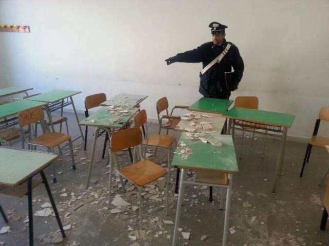 """Crollo in classe, tre studenti feriti """"Qui a scuola rischiamo la vita"""""""