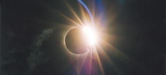 Arriva l'eclissi e Terna stacca dalla rete elettrica impianti fotovoltaici, ma anche eolici