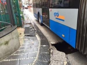 Nuovo Sos a Salerno. In centro passa il bus e si apre una voragine