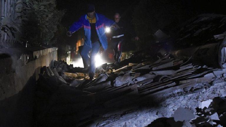 """Terremoto, nella notte piogge torrenziali e sciame sismico. Protezione civile: """"Migliaia di sfollati"""""""