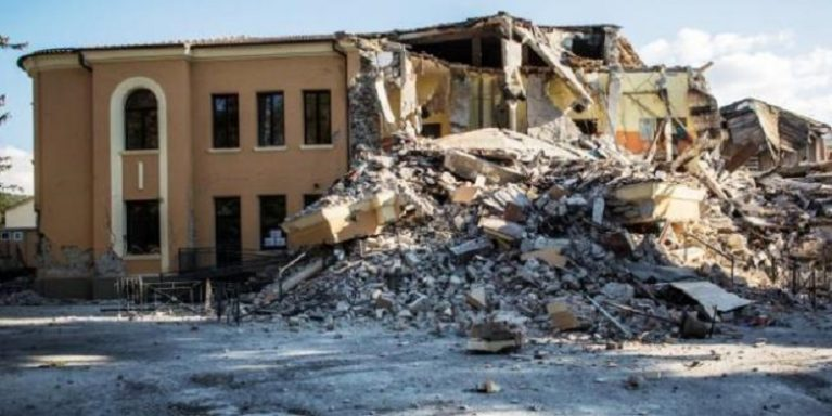 Edifici sporchi, non a norma e a rischio crollo: il rapporto-denuncia sulla scuola italiana