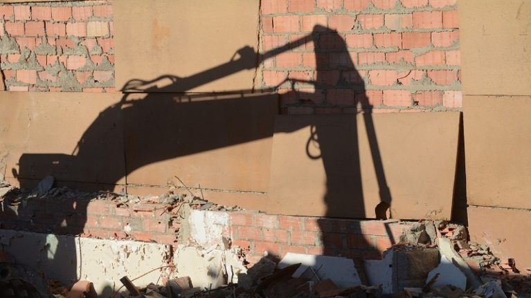 Abusi, via libera alla demolizione anche se i lavori sono ancora in corso