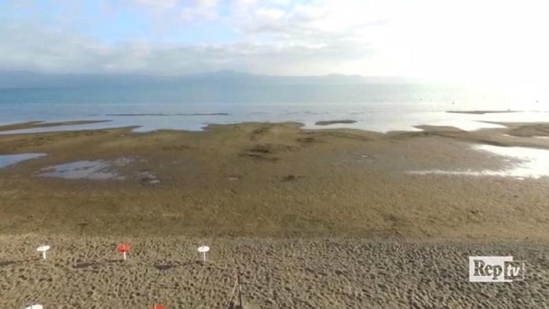 Il lago che scompare: il drone in volo su Bracciano