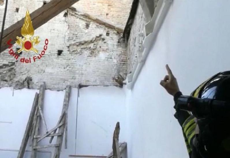 Fermo, crolla il tetto di un'aula dell'istituto tecnico Montani: nessun ferito (solo perché erano le 7)