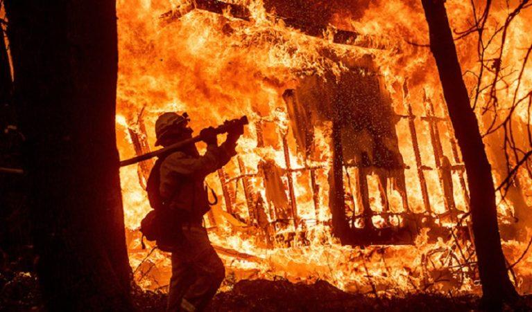 """Oltre 30 morti negli incendi che soffocano la California. Trump: """"Distruzione catastrofica"""""""
