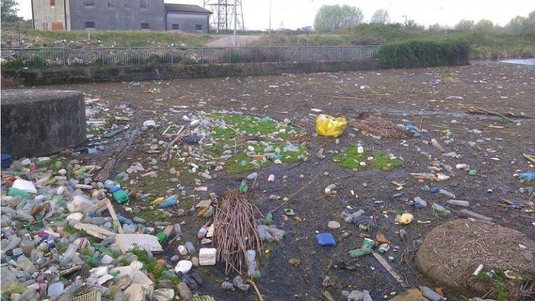 100 fiumi di plastica. Da dove viene la microplastica che inquina il mare