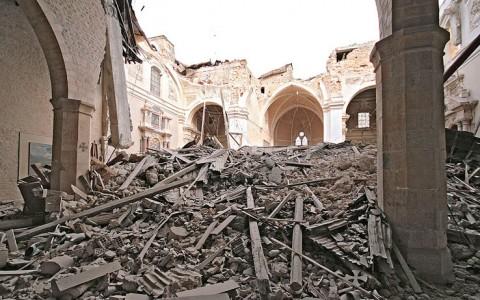 L'ultimo oltraggio all'Aquila: via dalle zone a rischio sismico