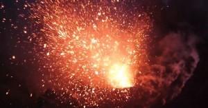 Vulcani: spettacolare eruzione filmata a distanza ravvicinata da un drone [VIDEO]