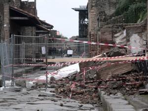 """L'agonia infinita di Pompei terzo crollo in due giorni """"Sbrigatevi o viene giù tutto"""""""