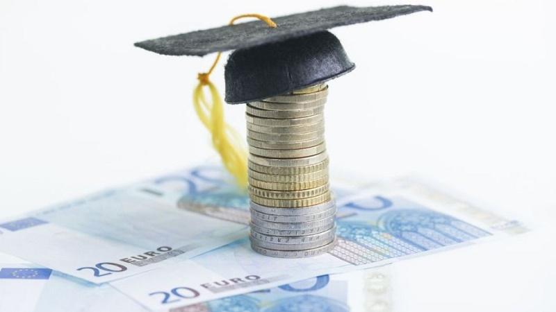 Gli aiuti per università e master: più di 1.200 borse di studio
