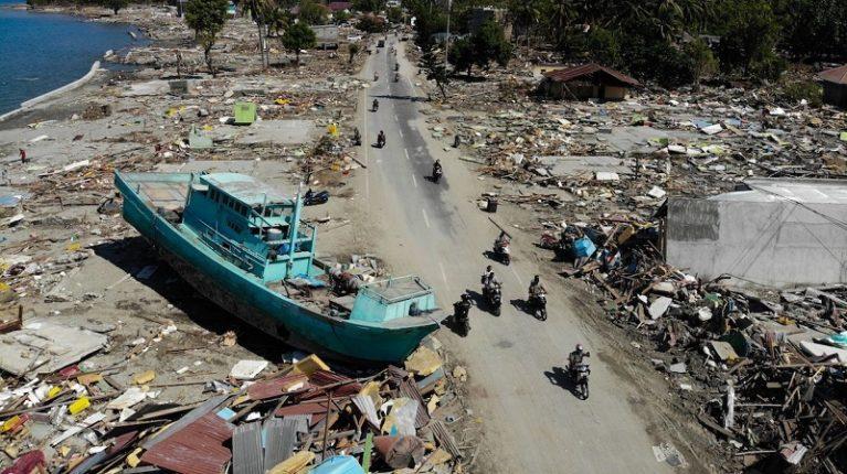 Sepolture di massa in Indonesia, c'è rischio epidemie. Oltre 1200 morti