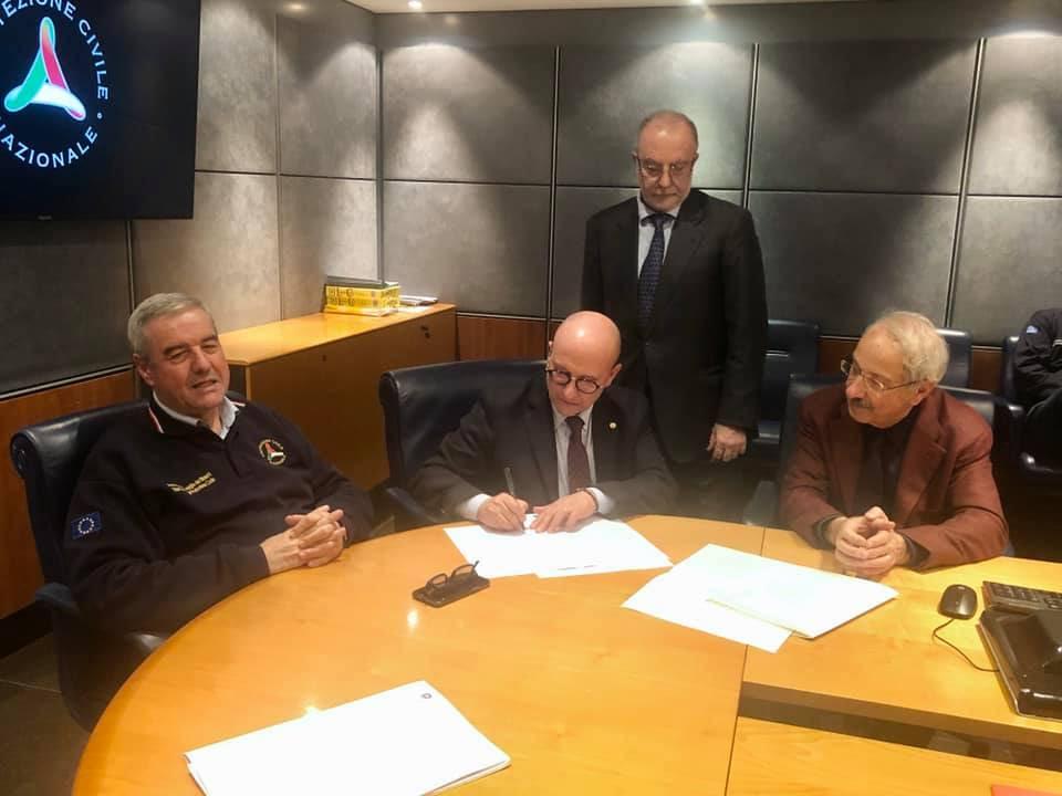 """Costituita la """"Struttura Tecnica Nazionale"""" (STN) di supporto al Dipartimento Nazionale di Protezione civile con geologi, ingegneri, geometri e architetti. Oggi la firma dell'atto alla presenza del Capo della Protezione civile Angelo Borrelli"""